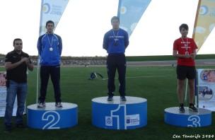 Sebstián recogiendo medalla de su compañero Dailos