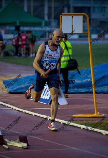 Juan Ramírez en la primera posta del relevo 4x100